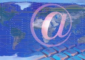 @-Zeichen Tastatur vor Weltkugel