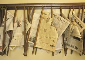 Zeitungen hängend