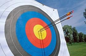 Zielscheibe mit Bogenpfeilen