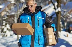 Zusteller liefert Pakete aus