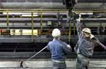 Zwei Arbeiter bei Wartungsarbeiten in U-Bahnschacht