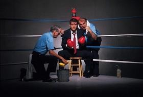 Zwei Boxtrainer in Ring mit Anzugträger