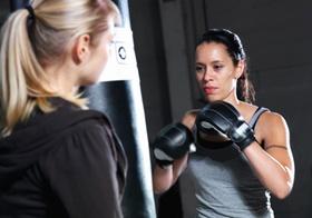 Zwei Frauen beim Boxtraining an Sandsack