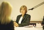 Zwei Frauen im Gespräch am Bürotisch