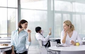 Zwei Frauen unterhalten sich in Kantine