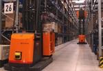 Zwei Gabelstapler in einem Logistikzentrum