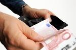 Zwei Hände halten schwarze Geldbörse und Zehn-Euro-Schein