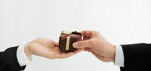 Weihnachten im Büro: Mitarbeiter knausern mit Geschenken