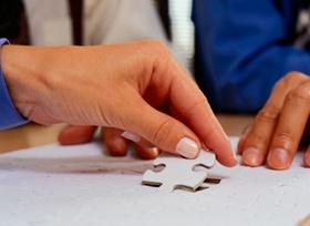 Zwei Hände mit Puzzle