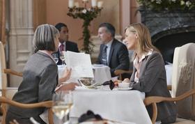 Zwei Kolleginen bei Besprechung im Restaurant