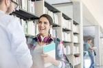 zwei lachende Studenten in der Bibliothek