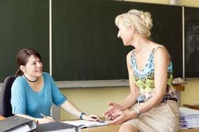 Zwei Lehrerinnen besprechen die nächste Schulstunde