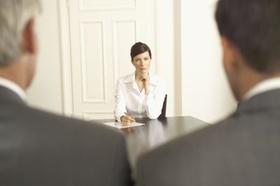 Zwei Männer eine Frau am Tisch