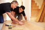zwei Männer Handwerker verlegen Fußboden