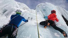 Zwei Männer klettern eine gefährliche Eisscholle hoch