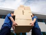 Zwei Männer tragen Pakete