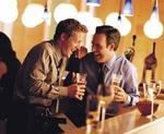 Zwei Männer trinken Bier und lachen